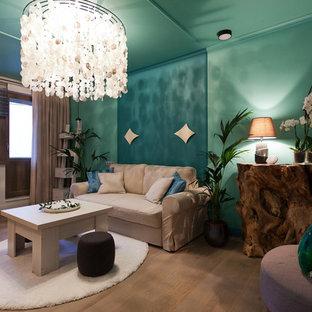 モスクワの小さい地中海スタイルのおしゃれな独立型リビング (青い壁、淡色無垢フローリング、横長型暖炉、タイルの暖炉まわり、壁掛け型テレビ、ライブラリー) の写真