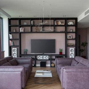 Неиссякаемый источник вдохновения для домашнего уюта: гостиная комната в современном стиле с розовыми стенами, паркетным полом среднего тона, отдельно стоящим ТВ и коричневым полом