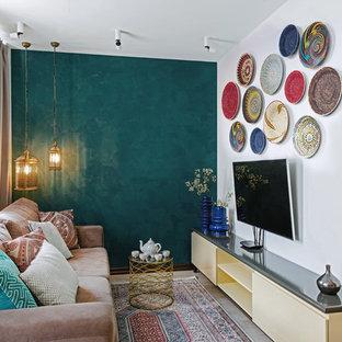 他の地域のエクレクティックスタイルのおしゃれなリビング (壁掛け型テレビ、青い壁、暖炉なし) の写真