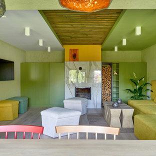 На фото: парадная гостиная комната в стиле фьюжн с зелеными стенами, светлым паркетным полом, стандартным камином, телевизором на стене и бежевым полом