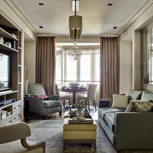 Неиссякаемый источник вдохновения для домашнего уюта: гостиная комната среднего размера в современном стиле с паркетным полом среднего тона, бежевыми стенами и отдельно стоящим ТВ без камина