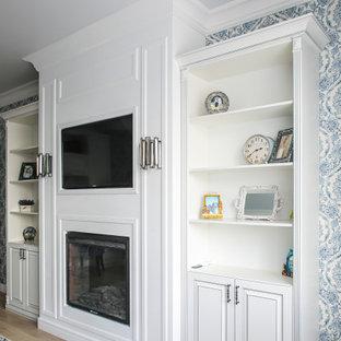 Mittelgroßes Klassisches Wohnzimmer mit Kamin, Wand-TV und Tapetenwänden in Moskau