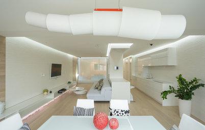Houzz тур: Белая квартира с камином и сухим стеклянным аквариумом