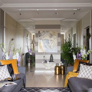 Стильный дизайн: парадная, изолированная гостиная комната в современном стиле с разноцветными стенами, светлым паркетным полом и бежевым полом - последний тренд