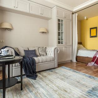 Новый формат декора квартиры: маленькая парадная гостиная комната в классическом стиле с разноцветными стенами и паркетным полом среднего тона