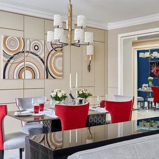 Стильный дизайн: гостиная комната в современном стиле с бежевыми стенами и белым полом - последний тренд