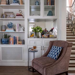 Esempio di un grande soggiorno classico aperto con libreria, pareti beige, pavimento in gres porcellanato, camino classico, cornice del camino in legno, TV a parete e pavimento marrone