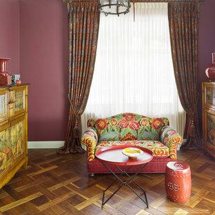 Ispirazione per un soggiorno bohémian con pareti rosa e pavimento in legno massello medio