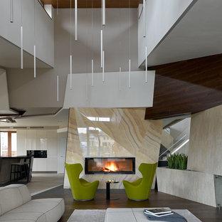Идея дизайна: парадная, открытая гостиная комната в современном стиле с бежевыми стенами, темным паркетным полом, коричневым полом, горизонтальным камином и фасадом камина из плитки