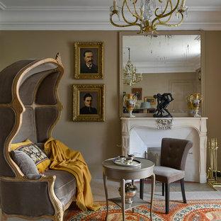 Cette photo montre un salon chic de taille moyenne avec un mur marron, une cheminée standard et aucun téléviseur.