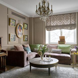 Klassisk inredning av ett vardagsrum, med beige väggar, mellanmörkt trägolv och flerfärgat golv
