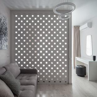 モスクワの小さいコンテンポラリースタイルのおしゃれなLDK (ラミネートの床、暖炉なし、壁掛け型テレビ、白い床、白い壁) の写真
