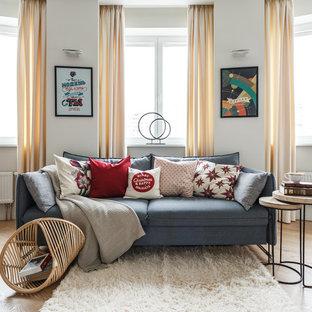 Неиссякаемый источник вдохновения для домашнего уюта: парадная, открытая гостиная комната в стиле современная классика с белыми стенами, светлым паркетным полом и бежевым полом