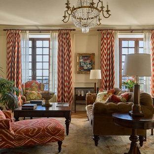 Bild på ett stort vintage separat vardagsrum, med ett finrum, beige väggar, mellanmörkt trägolv, en väggmonterad TV och brunt golv