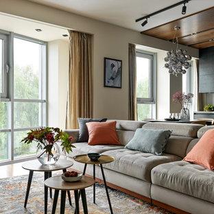 Идея дизайна: открытая гостиная комната среднего размера в современном стиле с бежевыми стенами, паркетным полом среднего тона и коричневым полом