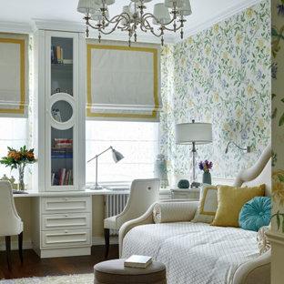 На фото: большая изолированная гостиная комната в классическом стиле с темным паркетным полом, коричневым полом и обоями на стенах