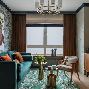 Modernes Wohnzimmer mit hellem Holzboden, beigem Boden und Tapetenwänden in Moskau