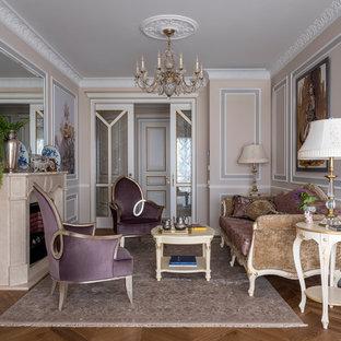 Неиссякаемый источник вдохновения для домашнего уюта: парадная, изолированная гостиная комната среднего размера в викторианском стиле с бежевыми стенами, паркетным полом среднего тона, стандартным камином и коричневым полом