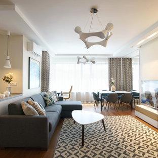 Modelo de salón con barra de bar abierto, nórdico, pequeño, sin chimenea, con paredes blancas, suelo de madera clara, televisor colgado en la pared y suelo naranja