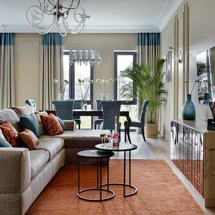 Источник вдохновения для домашнего уюта: парадная, открытая гостиная комната в стиле неоклассика (современная классика) с бежевыми стенами, светлым паркетным полом, телевизором на стене и бежевым полом