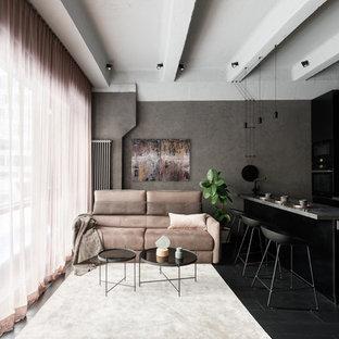 На фото: открытая гостиная комната в современном стиле с серыми стенами, деревянным полом и черным полом