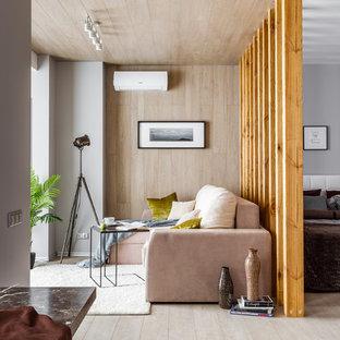 Идея дизайна: парадная, открытая гостиная комната среднего размера в современном стиле с светлым паркетным полом, бежевым полом, серыми стенами и телевизором на стене