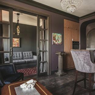 Modelo de salón ecléctico, pequeño, con paredes púrpuras, suelo de madera pintada y suelo negro