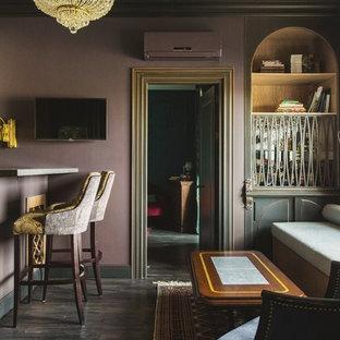 Immagine di un piccolo soggiorno bohémian con angolo bar, pareti viola, pavimento in legno verniciato, TV a parete e pavimento nero