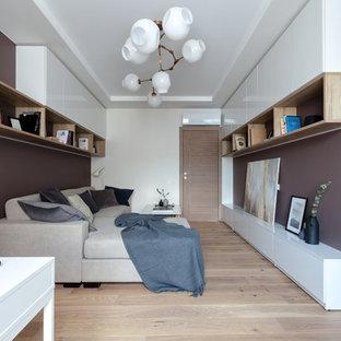 На фото: парадная, изолированная гостиная комната в современном стиле с коричневыми стенами, светлым паркетным полом и бежевым полом без ТВ