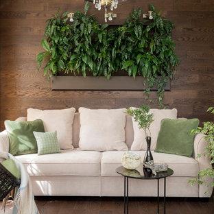 Inspiration för shabby chic-inspirerade vardagsrum, med mörkt trägolv, brunt golv och bruna väggar