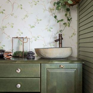 Cette photo montre un salon romantique avec un sol en bois foncé, un mur blanc et un sol marron.