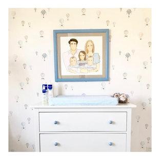 Imagen de habitación de bebé niño marinera, de tamaño medio, con paredes multicolor, suelo de baldosas de porcelana y suelo beige