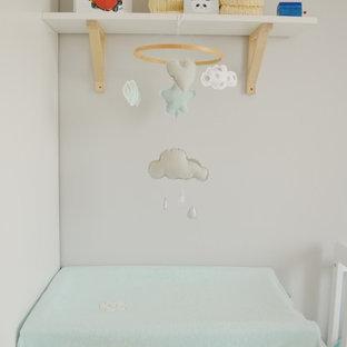 Foto de habitación de bebé neutra escandinava, pequeña, con paredes grises, suelo de baldosas de porcelana y suelo beige