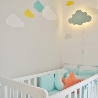 Foto di una piccola cameretta per neonati neutra scandinava con pareti grigie, pavimento in gres porcellanato e pavimento beige