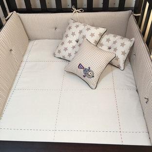 Modelo de habitación de bebé niño tradicional renovada, pequeña, con paredes azules y suelo de baldosas de porcelana