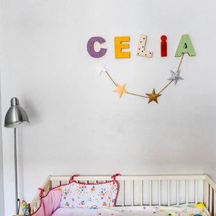 Imagen de habitación de bebé niña mediterránea, pequeña, con paredes blancas
