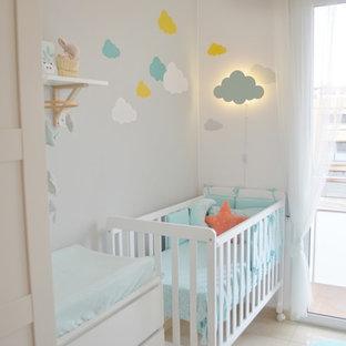 Cette photo montre une petit chambre de bébé neutre tendance avec un mur gris, un sol en carrelage de porcelaine et un sol beige.