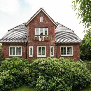 Zweistöckiges, Rotes Klassisches Einfamilienhaus mit Backsteinfassade, Satteldach und Ziegeldach in Hamburg