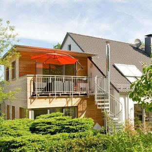 Zweistöckiges, Weißes, Mittelgroßes Modernes Einfamilienhaus mit Holzfassade und Flachdach in Sonstige