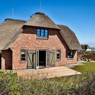 Diseño de fachada de casa multicolor, escandinava, grande, de dos plantas, con revestimiento de ladrillo y tejado a doble faldón