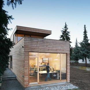 Ispirazione per la facciata di una casa marrone moderna a due piani di medie dimensioni con rivestimento in legno e tetto piano