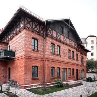 Modelo de fachada de piso roja, rural, grande, de dos plantas, con revestimiento de ladrillo, tejado a cuatro aguas y tejado de metal