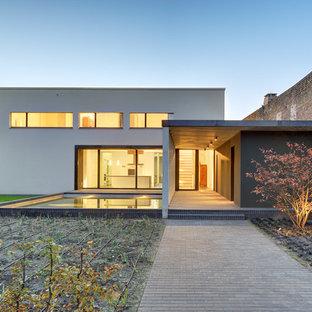 Zweistöckiges, Weißes, Mittelgroßes Modernes Haus mit Flachdach in Berlin