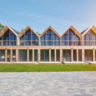 Großes, Zweistöckiges, Braunes Skandinavisches Reihenhaus mit Holzfassade, Satteldach und Blechdach in Hamburg