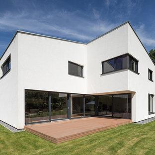 Zweistöckiges, Weißes, Großes Modernes Haus mit Flachdach und Betonfassade in Köln