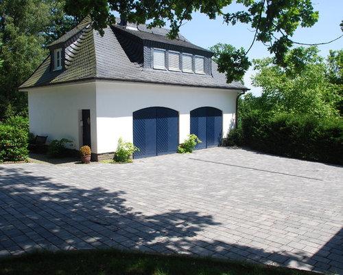 Kleines, Weißes, Zweistöckiges Klassisches Haus Mit Walmdach In Köln