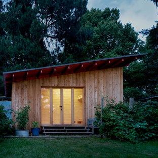 Diseño de fachada beige, moderna, pequeña, de una planta, con revestimiento de madera, tejado plano y tejado de varios materiales