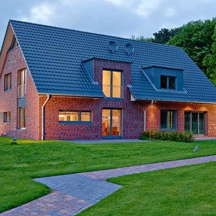 ハンブルクのカントリー風おしゃれな家の外観 (レンガサイディング、デュープレックス、瓦屋根、切妻屋根) の写真