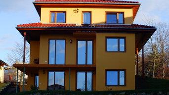 das fertige Einfamilienhaus in der Herbstsonne