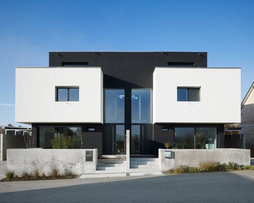 Großes, Drei  Oder Mehrstöckiges, Schwarzes Modernes Haus Mit Mix Fassade  Und Flachdach